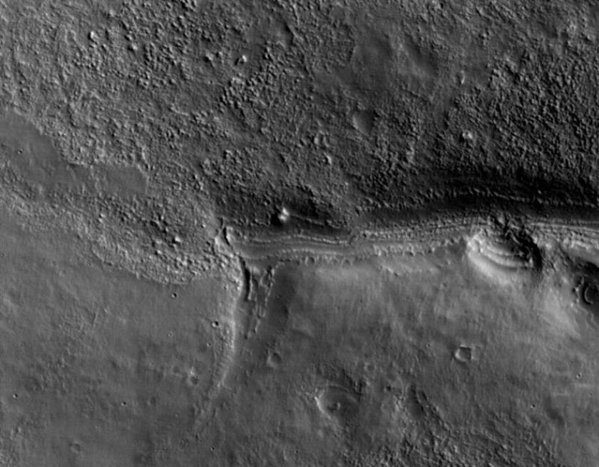 """Detalle de una de las primeras imágenes transmitidas por la sonda de Reconocimiento Orbital de Marte (MRO) en la que se puede observar parte de la superficie del planeta. La NASA calificó las imágenes de """"asombrosas"""". EFE/NASA/JPL-Caltech/Universidad de Arizona"""