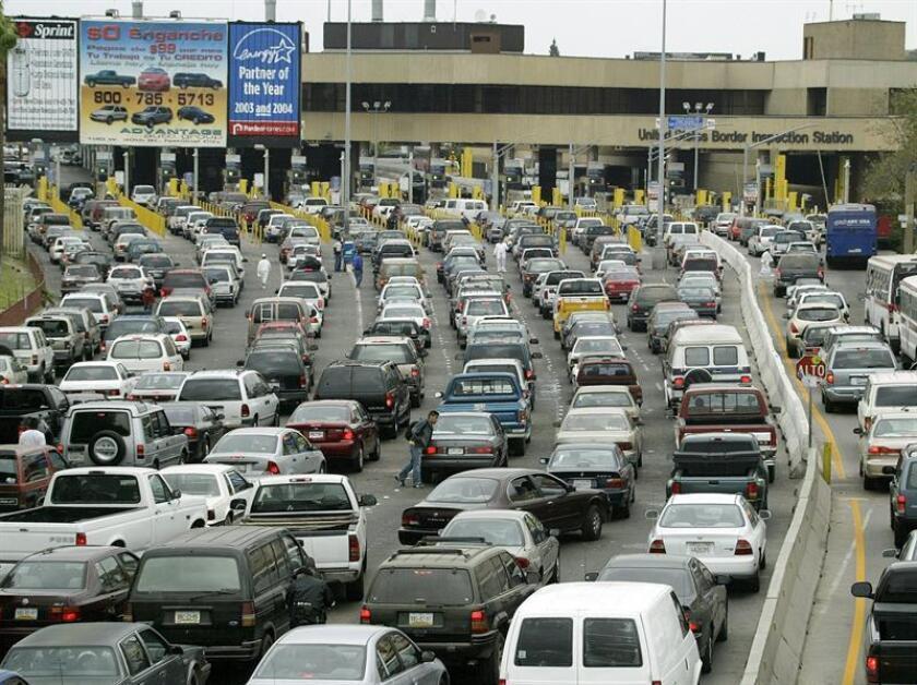 Cientos de conductores forman largas colas mientras esperan para cruzar a Estados Unidos en el paso fronterizo de San Ysidro, cerca de San Diego, California. EFE/Archivo