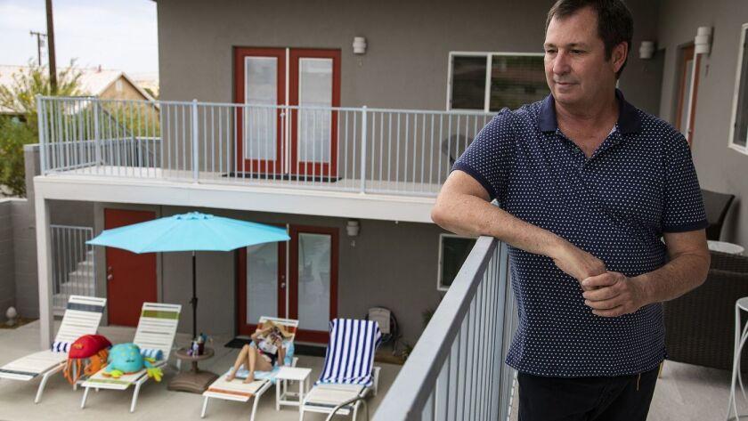 El hotelero John Thatcher dirige el Desert Hot Springs Inn, uno de los pocos hoteles de California que aceptan el consumo de cannabis en su propiedad. (Gina Ferazzi / Los Angeles Times)