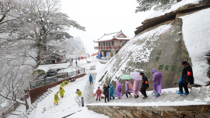 XI? AN, CHINA - Em um dia úmido de inverno, fazer caminhadas no Monte Hua de 7.070 pés pode ser traiçoeiro e frio.  o