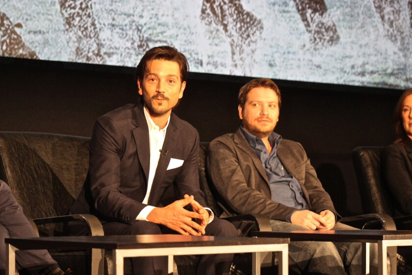 """A la izq., Diego Luna, uno de los protagonistas de """"Rogue One: A Star Wars Story"""", y a su lado, Gareth Edwards, el director de la esperada superproducción."""