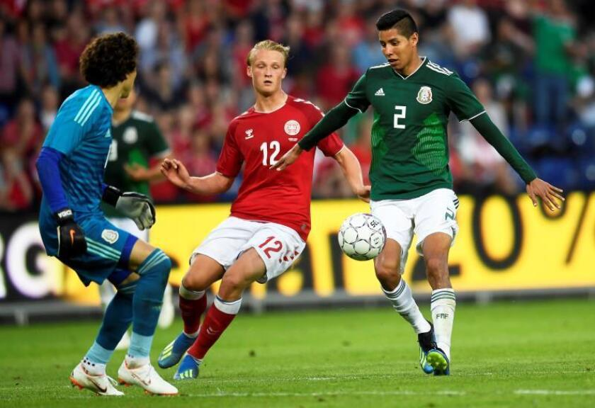 Kasper Dolberg (C) of Denmark in action against Mexico's goalkeeper Guillermo Ochoa (L) and Hugo Ayala (R) during the International Friendly soccer match between Denmark and Mexico in Brondby, Denmark. EFE/Archivo