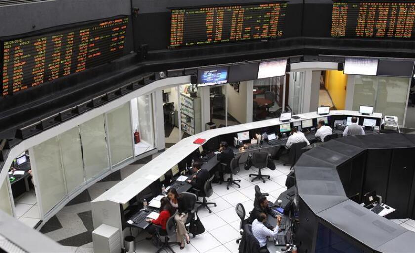 El principal indicador de la Bolsa Mexicana de Valores (BMV), el Índice de Precios y Cotizaciones (IPC), ganó hoy 1,12 % y cerró en 45.609,9 unidades, 506,68 puntos más que la jornada anterior. EFE/ARCHIVO