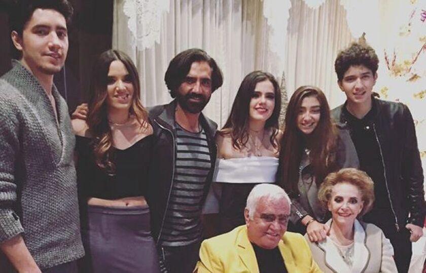 El cantante mexicano Alejandro Fernández aparece en esta foto al lado de su familia durante las celebraciones de Navidad en México.