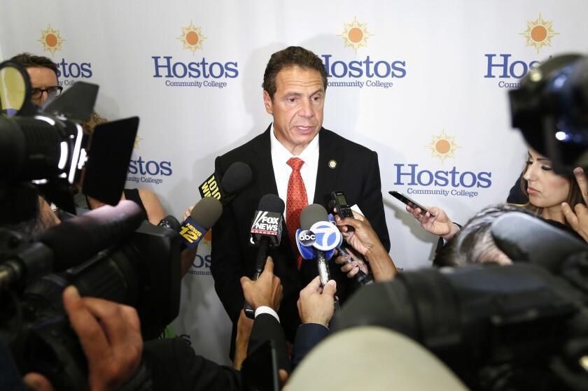 Andrew Cuomo, gobernador de Nueva York, habla con reporteros en la ciudad de Nueva York. Cuomo respondió algunas preguntas sobre la lotería de inmigración, en la que el estado pagará la cuota de solicitud a aproximadamente 2.000 personas de bajos ingresos que buscan convertirse en ciudadanos de Estados Unidos. (AP Foto/Seth Wenig)