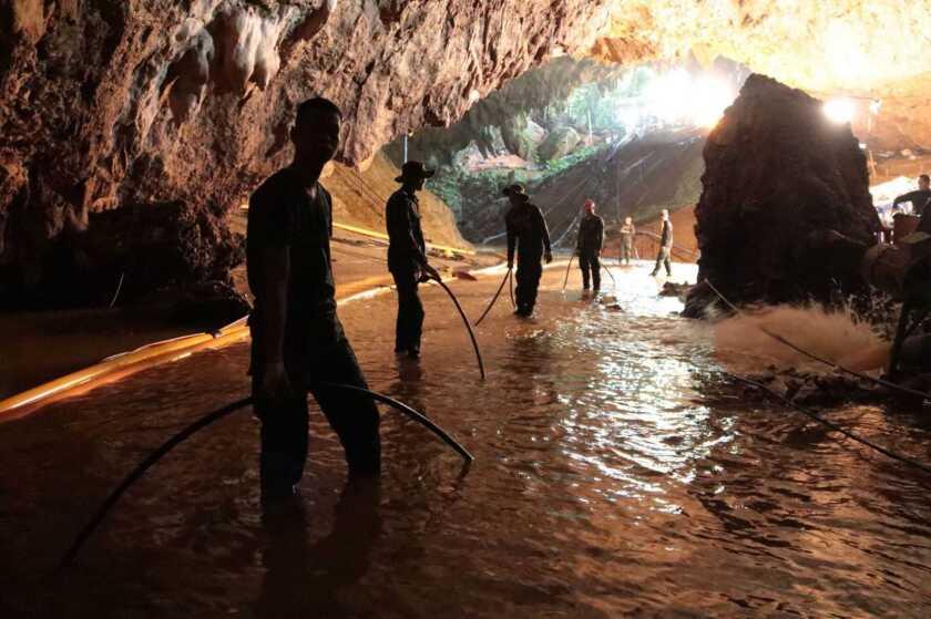 Rescatistas tailandeses en el interior de la cueva en la que están atrapados 12 niños y su entrenador de fútbol desde el 23 de junio, en Mae Sai, en la provincia de Chiang Rai, norte de Tailandia.