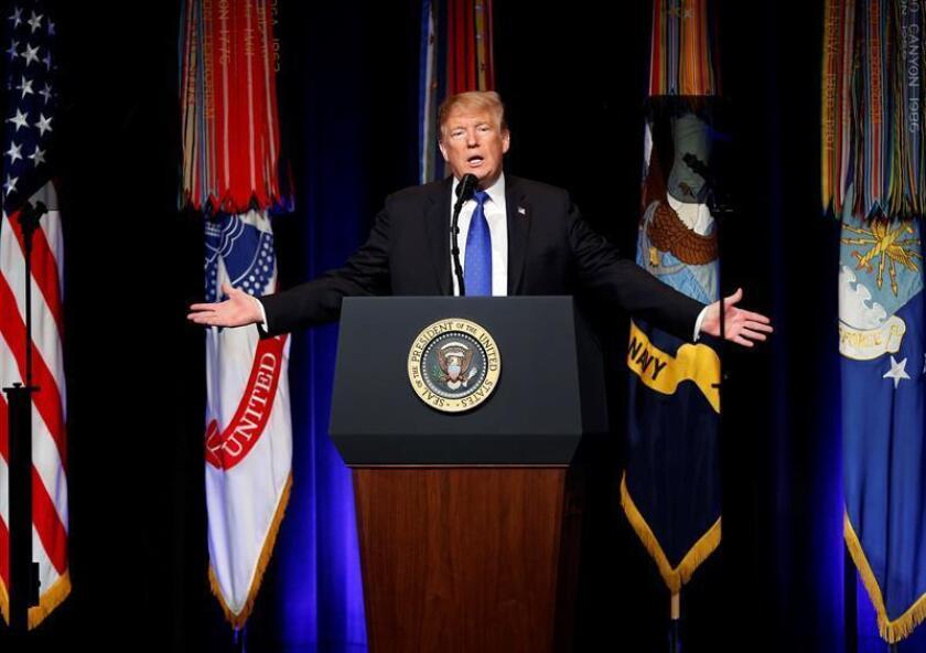 """El presidente estadounidense, Donald Trump, ofrece un discurso durante un acto celebrado en el Pentágono, Arlington (Estados Unidos), este jueves, en el que anunció su nueva estrategia para ampliar y modernizar el sistema de defensa contra misiles ya que sus adversarios, entre los que citó a Corea del Norte e Irán, están incrementando """"su capacidad de ataque letal"""". EFE / POOL"""