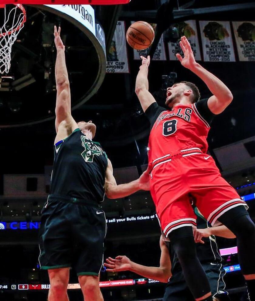 El pívot Brook Lopez (i) de Milwaukee Bucks en acción ante el escolta Zach LaVine (d) de Chicago Bulls este lunes durante un juego de la NBA. EFE/Archivo