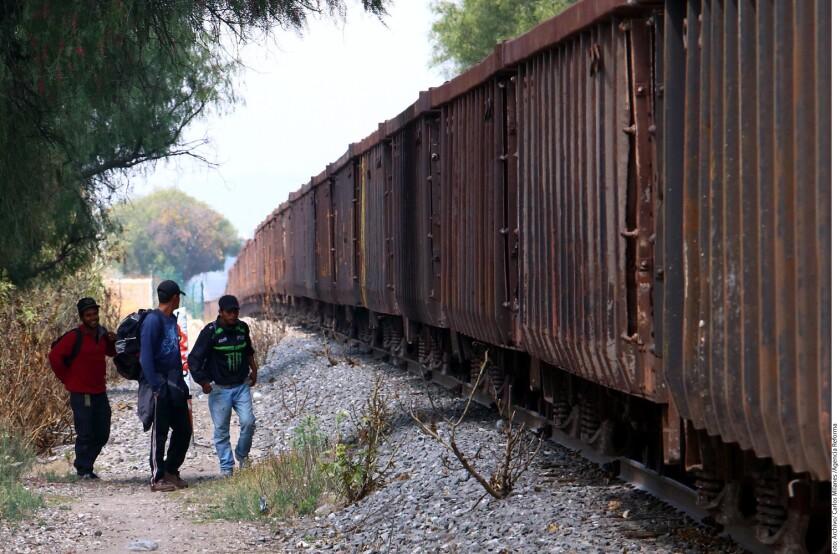 Foto de archivo de migrantes queriendo cruzar México.