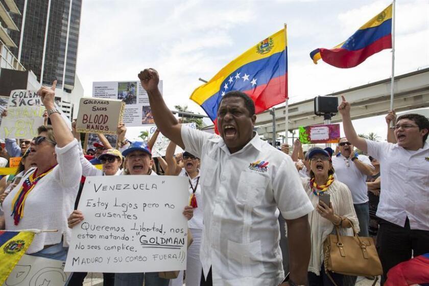 """El grupo Venezolanos Perseguidos Políticos en el Exilio (Veppex) lamentó hoy en un comunicado la renuncia de Pedro Pablo Kuczynski, """"un gran aliado"""" de la causa venezolana, a la Presidencia de Perú. En la imagen Jose Antonio Colina (c) presidente de VEPPEX. EFE/ARCHIVO"""