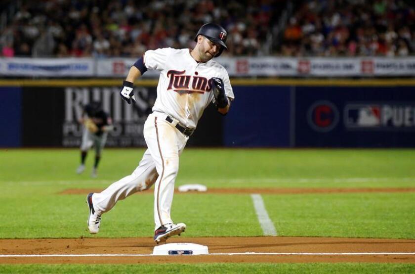 Brian Dozier corre a tercera contra Mellizos en un partido de la MLB de las Puerto Rico Series 2018, entre Indios de Cleveland y Mellizos de Minesota en el Estadio Hiram Bithorn en San Juan (Puerto Rico), el pasado mes de abril. EFE/Archivo