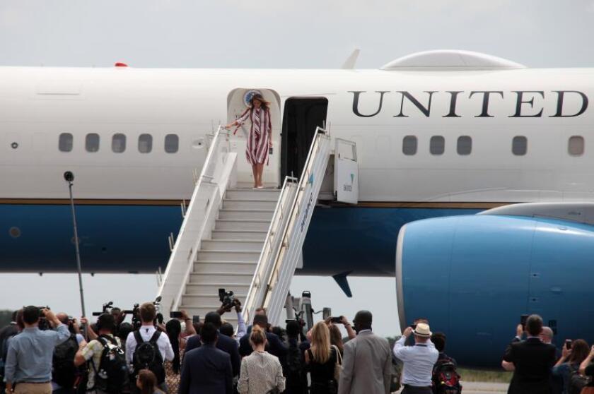La primera dama estadounidense, Melania Trump, desciende del avión a su llegada a Accra, Ghana, hoy, 2 de octubre de 2018. EFE