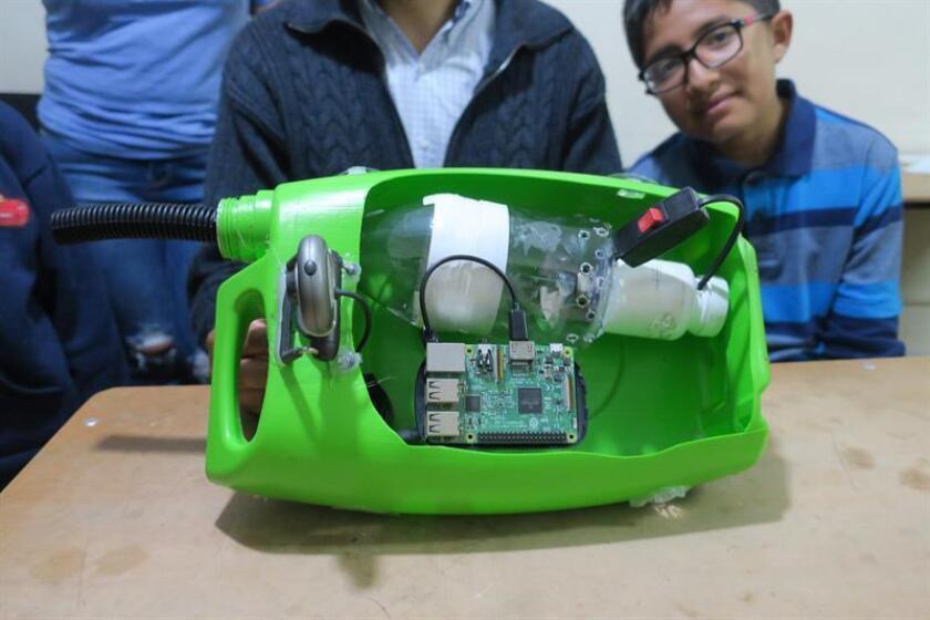 Registro del prototipo con el que la familia boliviana Vega-Hidalgo fue finalista en un campeonato mundial de inteligencia artificial y con el que buscan limpiar el lago Titicaca de lentejas de agua. EFE