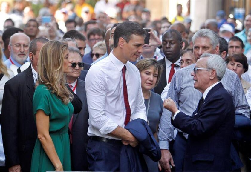 Spanish Prime Minister Pedro Sanchez (C) and his wife, Maria Begoña Gomez, listen to city historian Eusebio Leal (R) while strolling through Havana with Cuban President Miguel Diaz-Canel (behind Leal) and first lady Lis Cuesta Peraza on Friday, Nov. 23. EFE-EPA/Yander Zamora