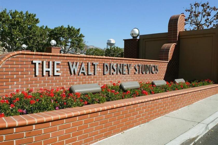 Fotografía de archivo tomada el 11 de febrero de 2004 que muestra la entrada a los estudios de Walt Disney en Burbank, California (Estados Unidos). El grupo Walt Disney anunció hoy, 14 de diciembre de 2017, la compra de distintos activos del consorcio 21st Century Fox valorados en unos 52.400 millones de dólares. EFE