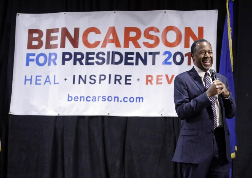 Fotografía del 21 de febrero de 2016 muestra al precandidato presidencial republicano Ben Carson en el momento de ser presentado durante una asamblea en Reno, Nevada. Carson está tratando de revitalizar su campaña convirtiéndose en el más reciente aspirante que cuestiona la condición de raza negra de Barack Obama, en momentos en que se acercan unas votaciones cruciales. (Foto AP/Marcio José Sánchez)