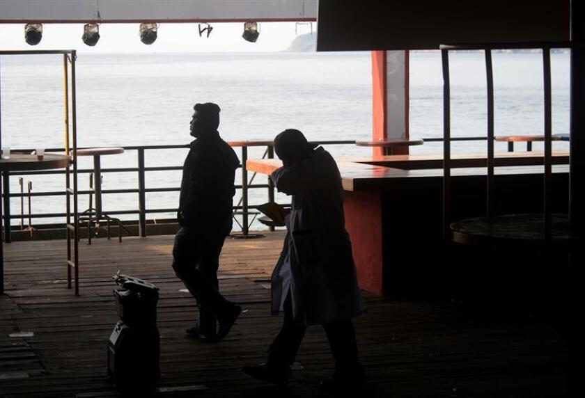Policías Ministeriales recaban información dentro de un bar hoy, domingo 28 de enero de 2018, en Acapulco, Guerrero (México). Una presunta riña al interior del bar Baby Lobster, ubicado en plena zona turística del balneario mexicano de Acapulco, dejó esta madrugada un hombre de origen chileno muerto y cuatro personas heridas por arma de fuego, informaron fuentes oficiales. EFE