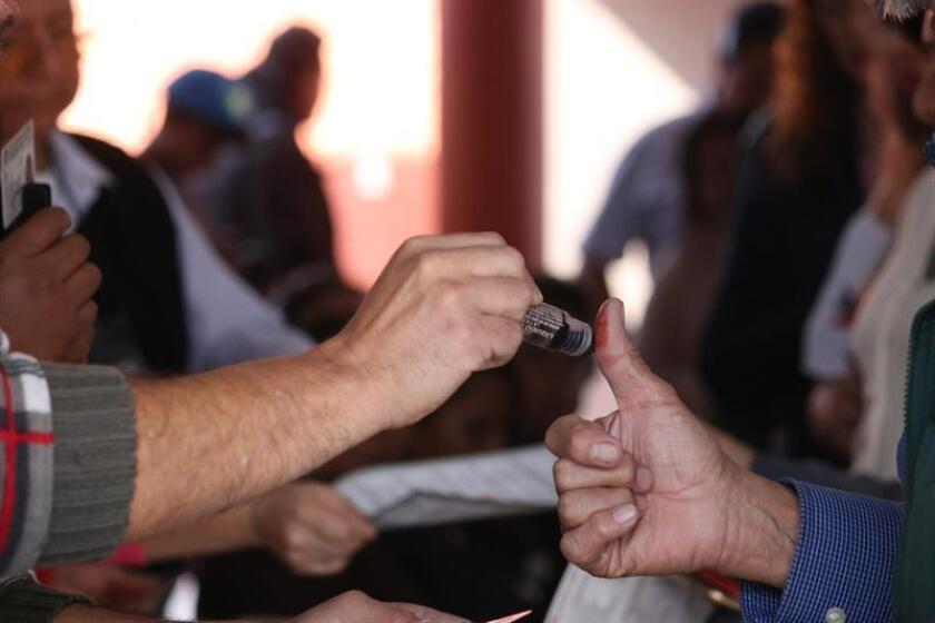 Un hombre emite su voto hoy, domingo 1 de julio de 2018, en Pachuca (México). EFE