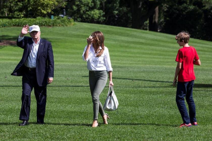 De izq. a dcha.: El presidente de los Estados Unidos, Donald Trump; la primera dama, Melania Trump y su hijo, Barron Trump a su llegada a la Casa Blanca en Washington (Estados Unidos). EFE/POOL/Archivo