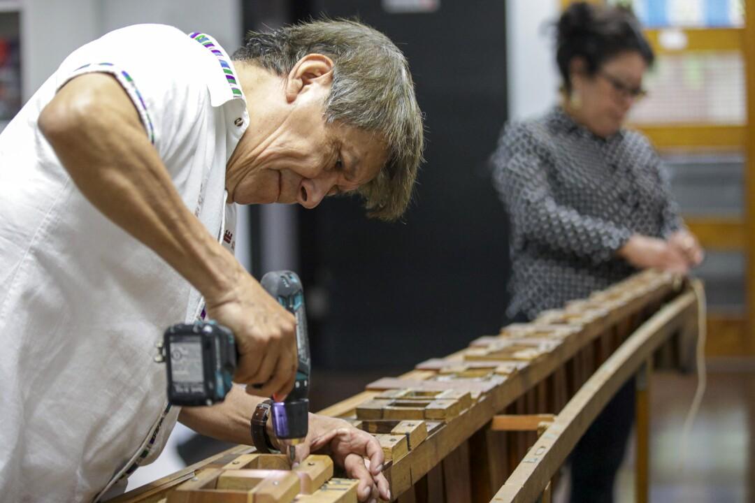 Rosauro Esteban Chonay, músico guatemalteco, restaura una vieja marimba.