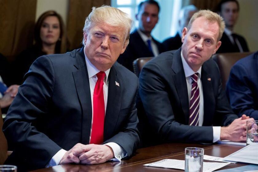 El presidente estadounidense, Donald J. Trump (i), y el nuevo secretario interino de Defensa, Patrick Shanahan (d), participan en una reunión de gabinete en la Casa Blanca, Washington D.C (Estados Unidos), el 2 de enero de 2019. EFE/Archivo