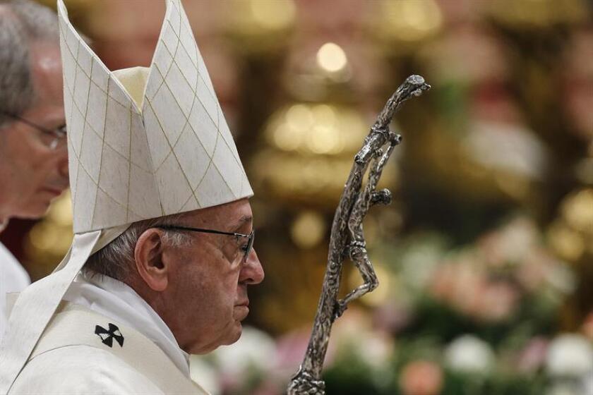 El papa Francisco oficia una misa en la basílica de San Pedro del Vaticano en honor a Nuestra Señora de Guadalupe, patrona de México, en el Vaticano, hoy 12 de diciembre de 2017. EFE