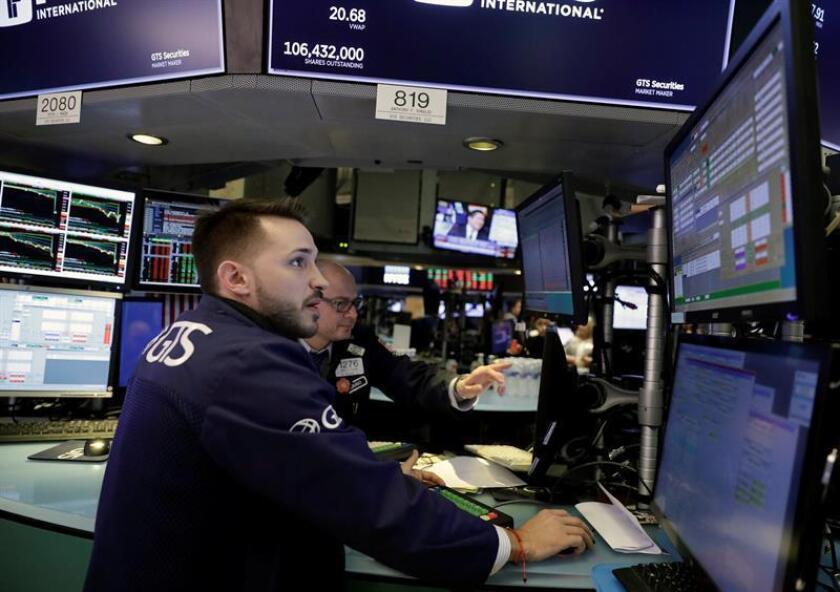 Varios comerciantes operan en la Bolsa de Nueva York, EE.UU.. EFE/Archivo