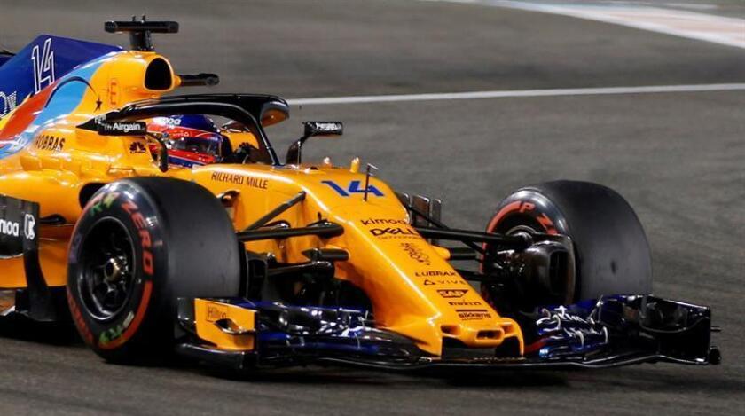 El piloto español de Fórmula Uno Fernando Alonso, de Mclaren, participa en los entrenamientos libres en el circuito de Yas Marina de Abu Dabi, Emiratos Árabes Unidos, ayer. EFE