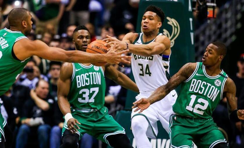El jugador de los Bucks Giannis Antetokounmpo (2d) en acción contra Al Horford (i), Semi Ojeleye (2i) y Jabari Parker (d) de los Celtics hoy, jueves 26 de abril de 2018, durante un partido de baloncesto de la Conferencia Este de la NBA disputado entre los Bucks de Milwaukee y los Celtics de Boston, en el centro BMO Harris Bradley, en Milwaukee (EE.UU.). EFE