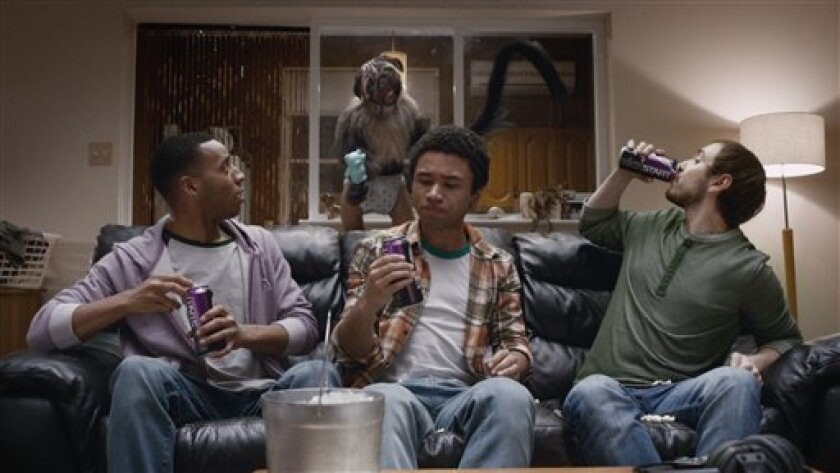 """En esta imagen proporconada por Mountain Dew se ve un """"Cachorromonobebé"""" al fondo, en una escena del anuncio de Kickstart para la Super Bowl 50. (Mountain Dew via AP)"""