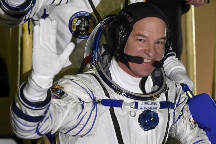 ARCHIVO - Esta foto de archivo muestra al astronauta de la NASA Jeff Williams, integrante de la misión a la Estación Espacial Internacional, ISS por sus siglas en inglés, saluda antes del lanzamiento de su cohete en la base para lanzamientos en Baikonur, Kazajistán. (AP Foto/Kirill Kudryavtsev, Pool)