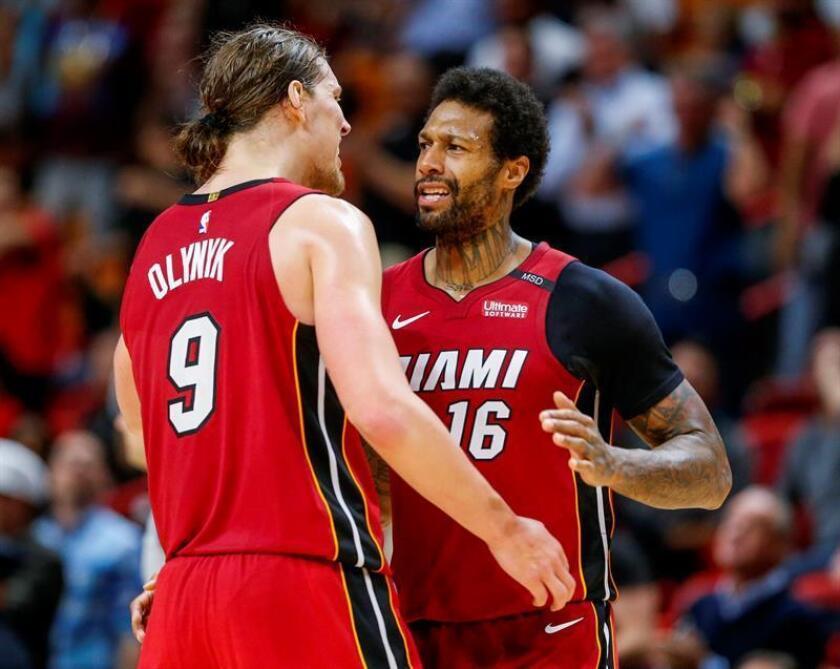 James Johnson (d) de Miami reacciona con su compañero Kelly Olynyk (i) durante un partido de baloncesto de la NBA disputado entre Denver Nuggets y Miami Heat este lunes 19 de marzo de 2018, en el American Airlines Arena de la ciudad de Miami (EE.UU.). Miami Heat derrotó a los Nuggets en doble tiempo extra. EFE