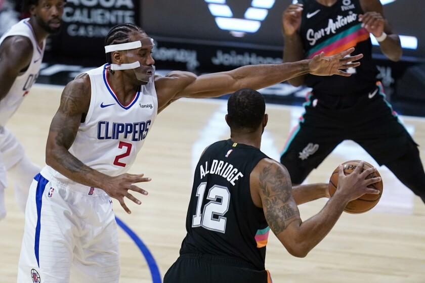 Clippers forward Kawhi Leonard defends against San Antonio Spurs forward LaMarcus Aldridge.