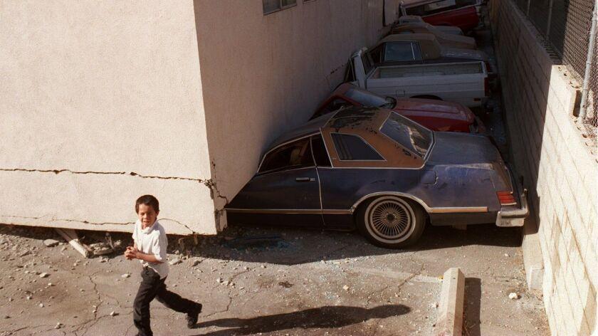 ME.Quake 15...1/17/94..View of the aprtment complex in Canoga Park..LA Times photo by Rolando Otero