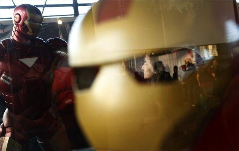 Fotografía del 24 de mayo de 2013 que muestra a una visitante observando a una figura de Iron Man en la tercera edición del Cómic Con Chile en la Estación Mapocho de Santiago. EFE