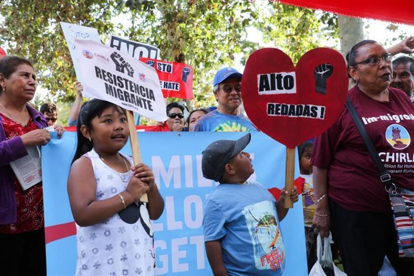 Decenas de manifestantes denuncian la política del gobierno del presidente estadounidense, Donald J. Trump, de separar a los niños inmigrantes detenidos de sus padres, durante un mitin y una marcha, en Los Ángeles (EE.UU.) la semana pasada. EFE