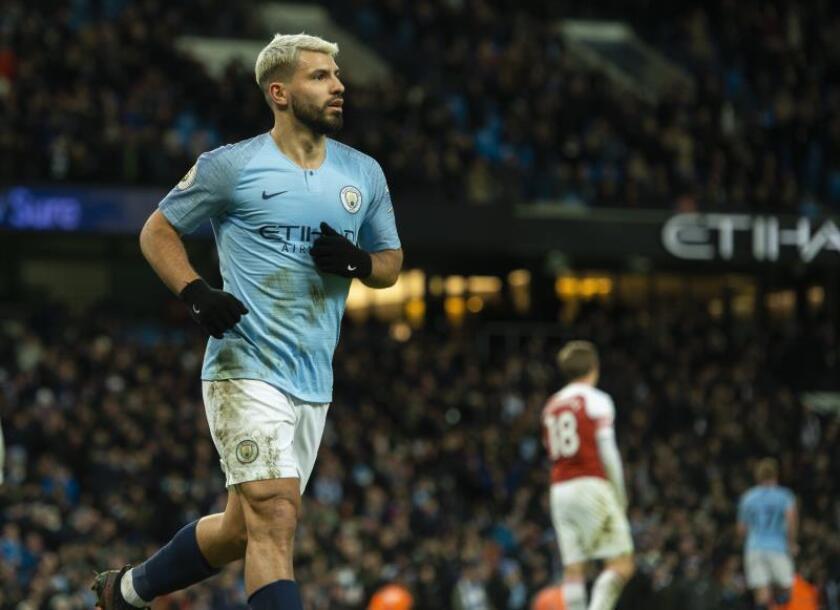El delantero del Manchester City Sergio Agüero celebra un gol al Arsenal FC en el Etihad Stadium de Manchester. EFE/EPA