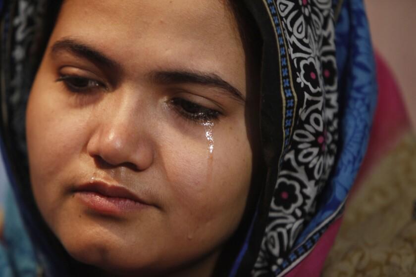 En esta imagen, tomada el 26 de enero de 2016, Kainaat Soomro solloza durante una entrevista con The Associated Press en Karachi, Pakistán. Un día, cuando tenía 13 años y se disponía a comprar un juguete para su sobrino recién nacido, tres hombres la secuestraron, la retuvieron durante varios días y la violaron en repetidamente. Ocho años después, sigue peleando porque se haga justicia. (Foto AP/Shakil Adil)