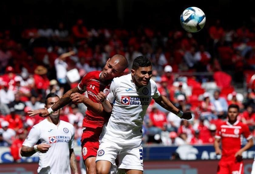 El jugador de Toluca Jonatan Maidana (i) disputa el balón con Orbelín Pineda (d) de Cruz Azul durante un partido correspondiente a la jornada 6 del torneo mexicano de fútbol este domingo, en el estadio Nemesio Diez, en la ciudad de Toluca (México). EFE