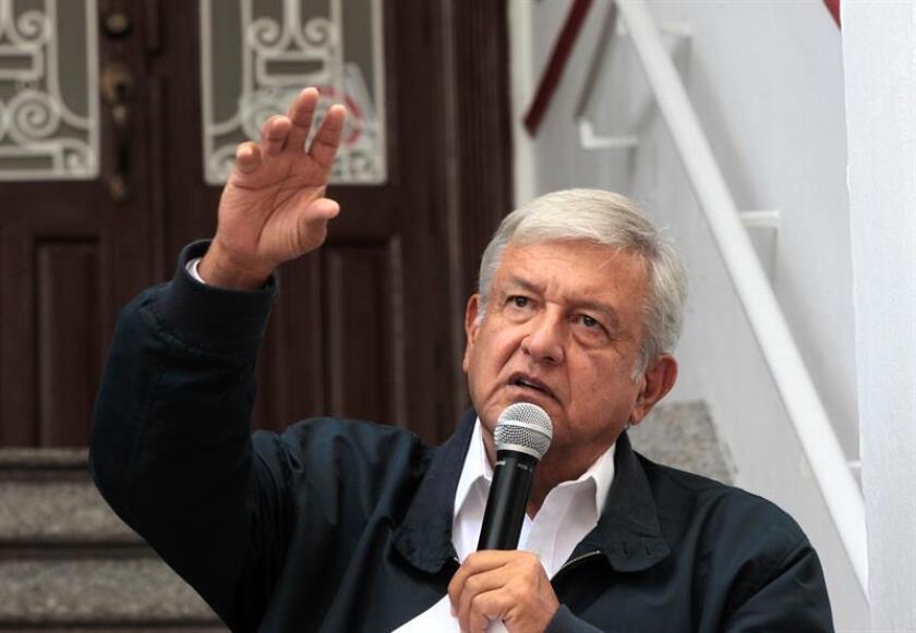 El presidente electo mexicano, Andrés Manuel López Obrador, ofrece una rueda de prensa donde anuncia el nombramiento como futuro director de la Comisión Federal de Electricidad de Manuel Bartlett, que ha causado polémica por su papel como secretario de Gobernación del PRI en el presunto fraude electoral de 1988. EFE/Archivo