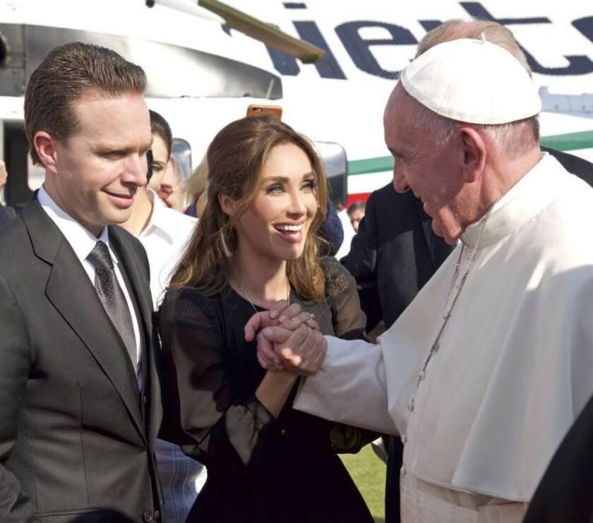 En esta imagen, la cantante Anahí, convertida en Primera Dama de Chiapas, saluda de cerca al papa Francisco durante la visita del pontífice al mismo estado.