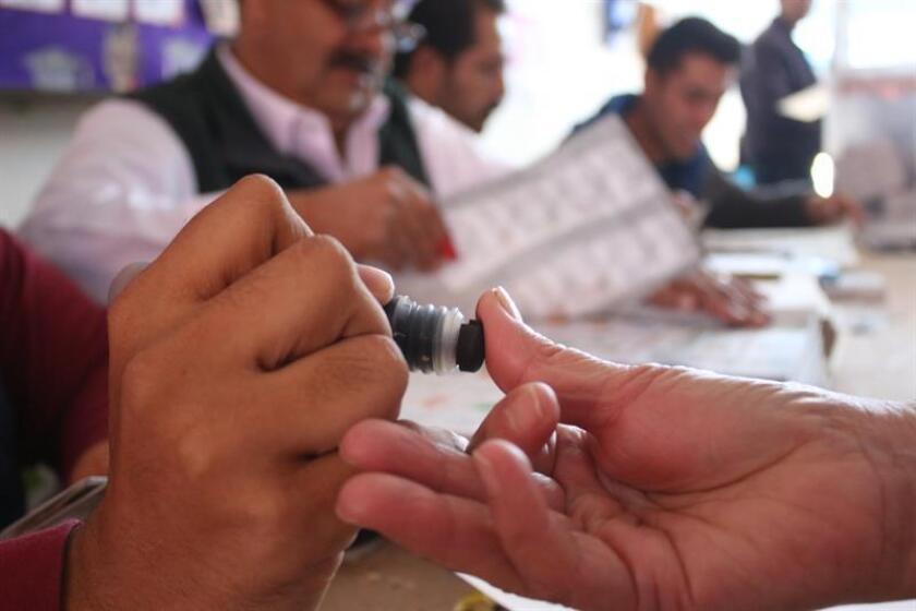 Fotografía de archivo de una mujer votando durante las pasadas elecciones en Puebla (México). EFE/Archivo