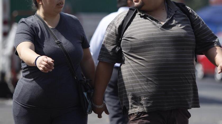 Personas con obesidad caminan en Ciudad de México (México). EFE/Archivo