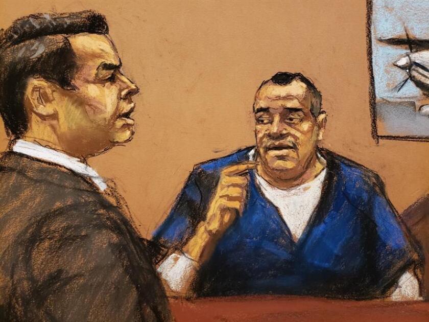 """Reproducción fotográfica de un dibujo realizado por la artista Jane Rosenberg donde aparece el fiscal Anthony Nardozi (i) mientras interroga a Isaías Valdez Ríos (d) durante el juicio del narcotraficante Joaquín """"El Chapo"""" Guzmán, hoy en el tribunal del Distrito Sur en Brooklyn, Nueva York (EE.UU.). EFE"""