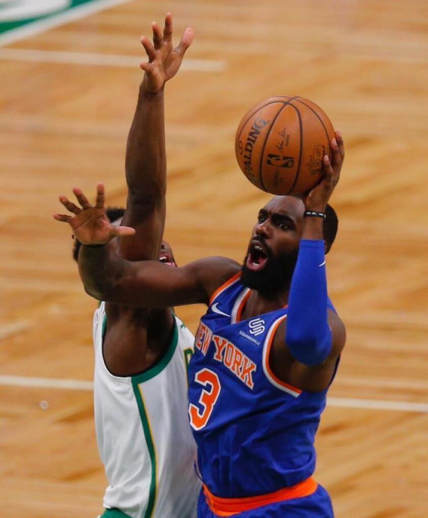 Jaylen Brown (i), de Boston Celtics, intenta detener el lanzamiento de Tim Hardaway Jr. (d) de los Knicks de Nueva York, durante un partido. EFE/Archivo