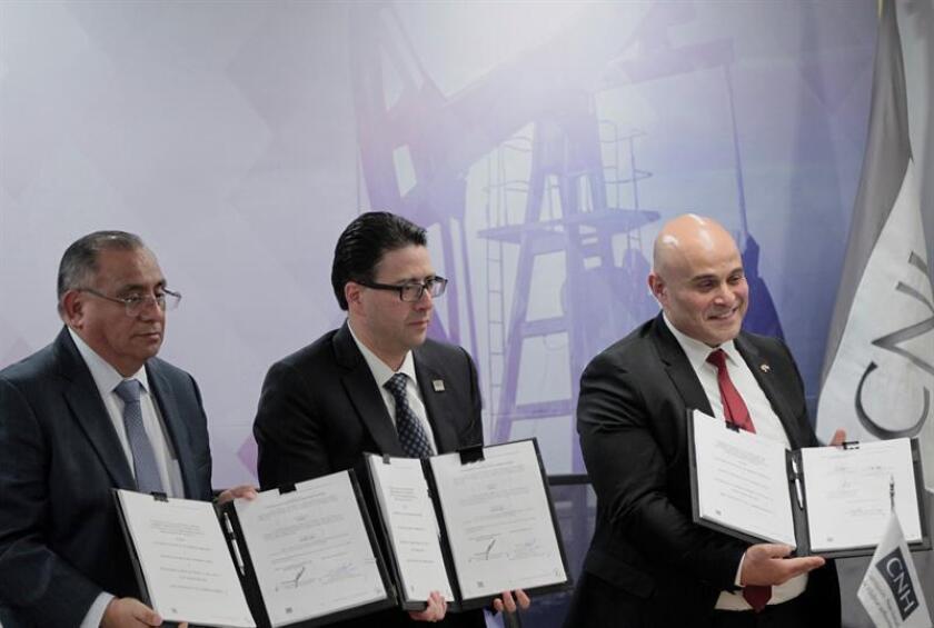 México firma contratos para explotar dos campos petroleros en el sureste