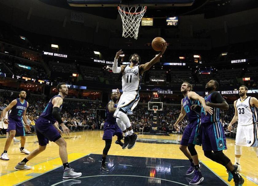 Mike Conley (c) de los Grizzlies intenta anotar ante los Charlotte Hornets durante su juego de la NBA en el FedExForum en Memphis, Tennessee (EE.UU.). EFE