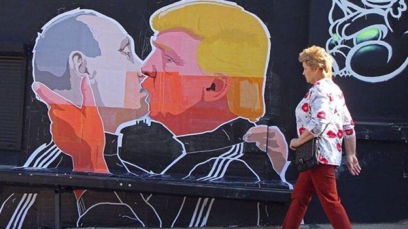 Un mural en Lituania muestra a Trump y a Putin besándose.
