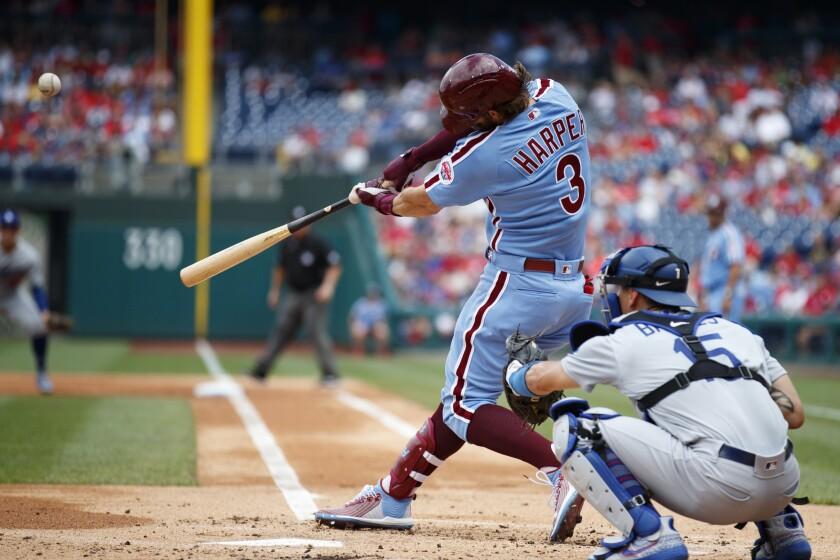 Bryce Harper conecta un elevado de sacrificio por los Filis de Filadelfia en el primer inning del encuentro con los Dodgers de Los Ángeles, el jueves 18 de julio de 2019, en Filadelfia. (AP Foto/Matt Slocum)