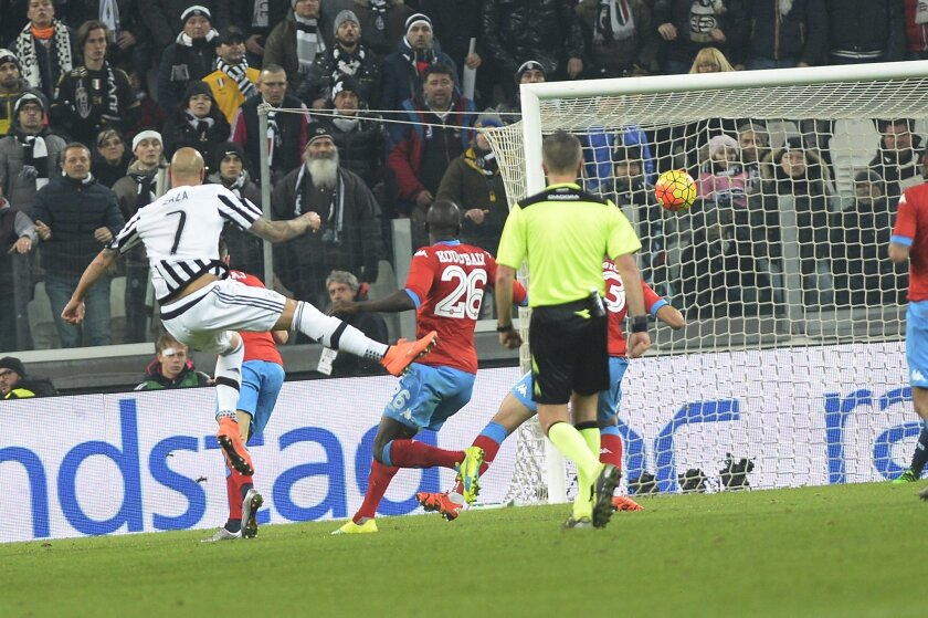 Juventus' Simone Zaza scores the winning goal  during a Serie A soccer match between Juventus and Napoli at the Juventus stadium, in Turin, Italy, Saturday, Feb. 13, 2016. (AP Photo/Massimo Pinca)